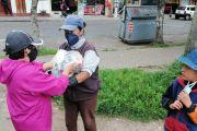 Entrega de víveres a los recolectores de plástico